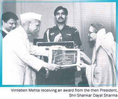Vimlaben Mehta receiving award